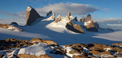 Spektakuläre Landschaft: Im Königin-Maud-Land ragen senkrechte Felszacken aus der flachen Eiswüste