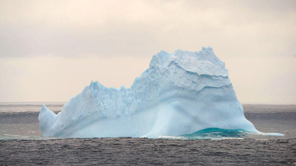 Ein Eisberg im südlichen Ozean, aufgenommen vom chinesischen Eisbrecher »Xuelong 2«: Die Hitzewellen in der Antarktis beunruhigen die Forscher schon seit Jahren