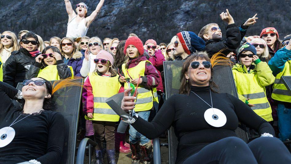 Riesenspiegel in norwegischem Dorf: DieSonne gehtauf