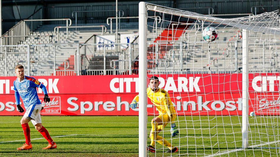 Kiels Torhüter Ioannis Gelios (r.) ist beim Treffer zum 0:2 machtlos