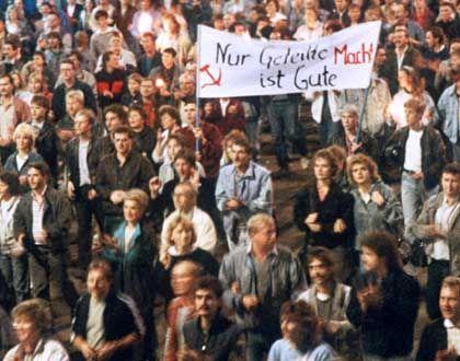 """Montagsdemonstration in Leipzig (1989): """"In Rostock, Berlin oder Schwerin und anderen Städten der DDR gibt es jeweils andere Tage"""""""