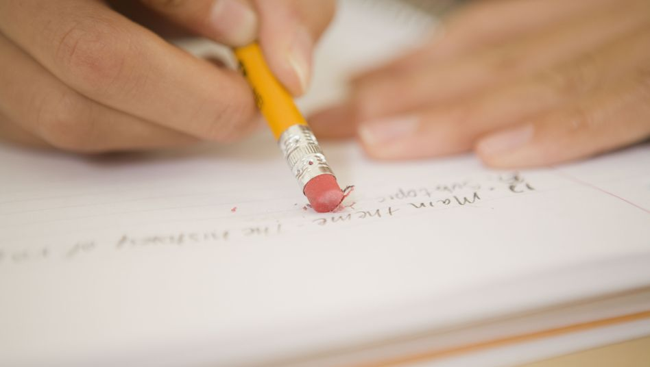 Schreiben, radieren - und nochmal von vorn: Wer handschriftlich notiert, wählt schon beim Schreiben aus