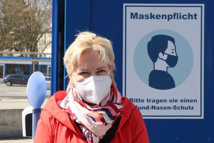 Schwesig vor einem Schnelltestzentrum in Rostock