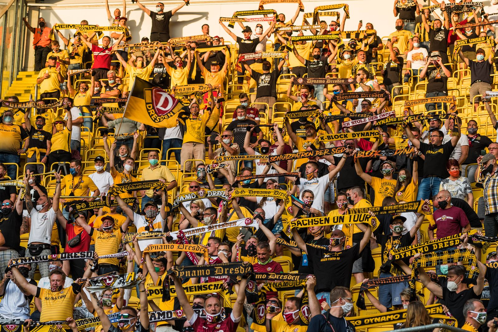 Dynamofans mit Maske; SG Dynamo Dresden - Hamburger SV; Fußball; DFB-Pokal; 1. Runde; Saison 2020/2021; Rudolf-Harbig-St