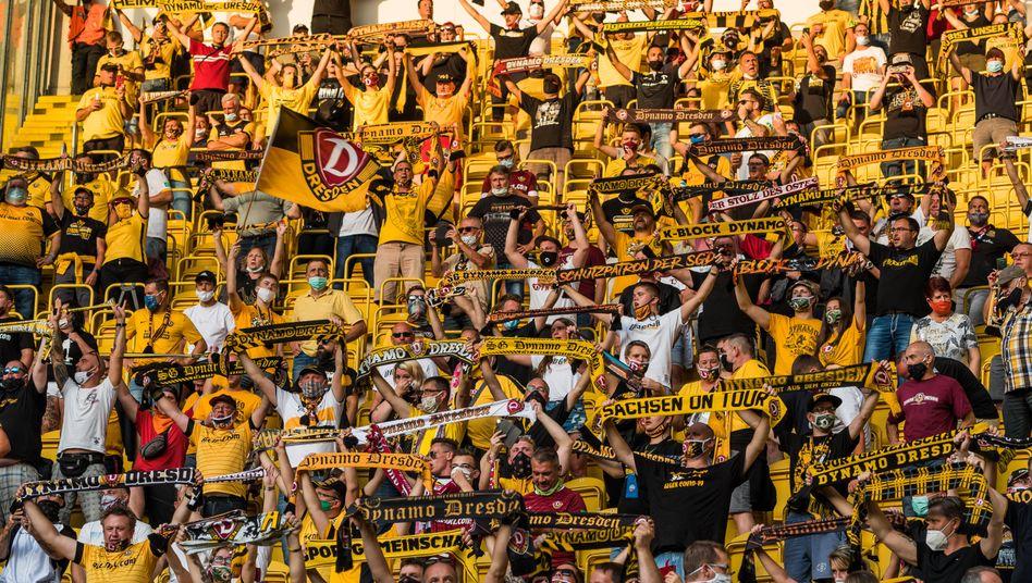 Fans von Dynamo Dresden beim Pokalspiel gegen den Hamburger SV