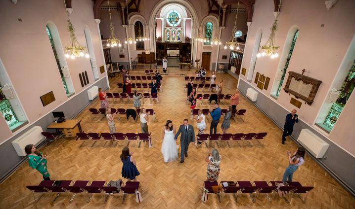 Heiraten auf Abstand: Was tun Brautpaare und Jubilare, damit ihr Fest nicht zum Superspreader-Event wird? Und wie reagieren Gäste auf Einladungen? Fünf Protokolle von Betroffenen zwischen Vorfreude und Angst.