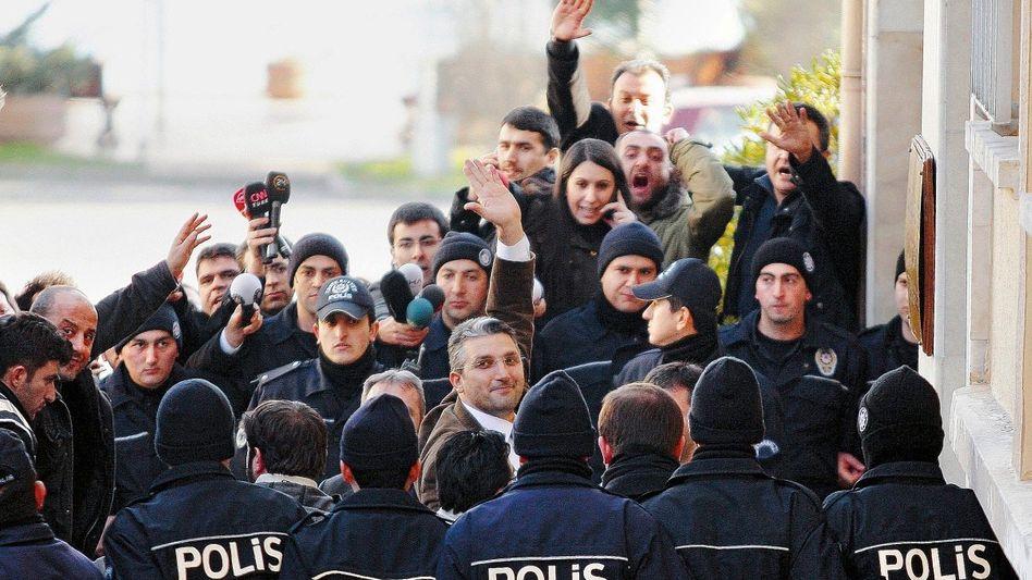 Journalist Şener (M.): »Hast du schon deine Tasche gepackt, Bruder?«