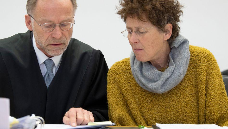 Erneut auf der Anklagebank in Gießen: Hänel im Gespräch mit ihrem Verteidiger Karlheinz Merkel