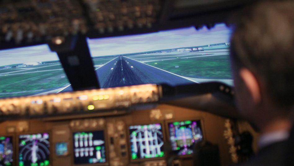 Flug- und Ausbildungskapitän im Boeing-747-8-Flugsimulator im Lufthansa Training Center (Archiv)