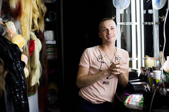 """Ilja noch ungeschminkt in der Garderobe des """"Club Majak"""", dem berühmten Nachtclub für Schwule und Lesben in Sotschi"""