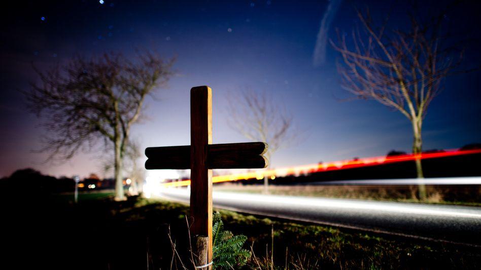 Noch im Jahr 1970 starben in der Bundesrepublik rund 21.000 Menschen im Straßenverkehr, nun sank die Zahl der Getöteten auf einen historischen Tiefstand