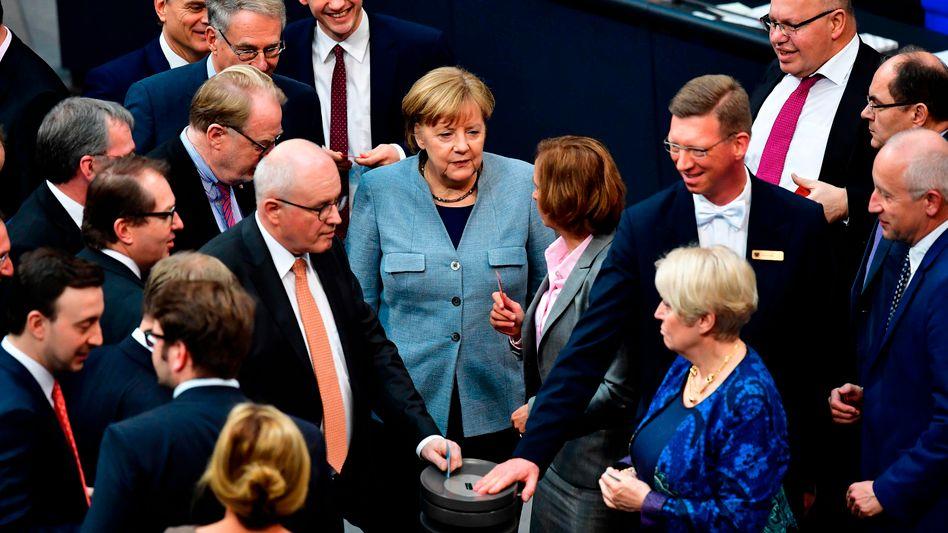 Angela Merkel (CDU) und Beatrix von Storch (AfD) im Bundestag