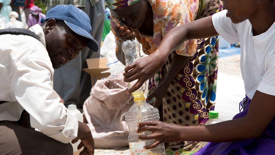 Lebensmittelausgabe an Hungernde in Simbabwes Hauptstadt Harare