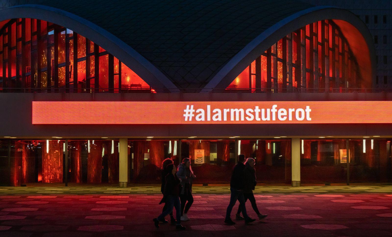 Dortmund, 14.11.2020: Das wegen der Coronakrise geschlossene Theater Dortmund erleuchtet in roten Farben. Damit schließ