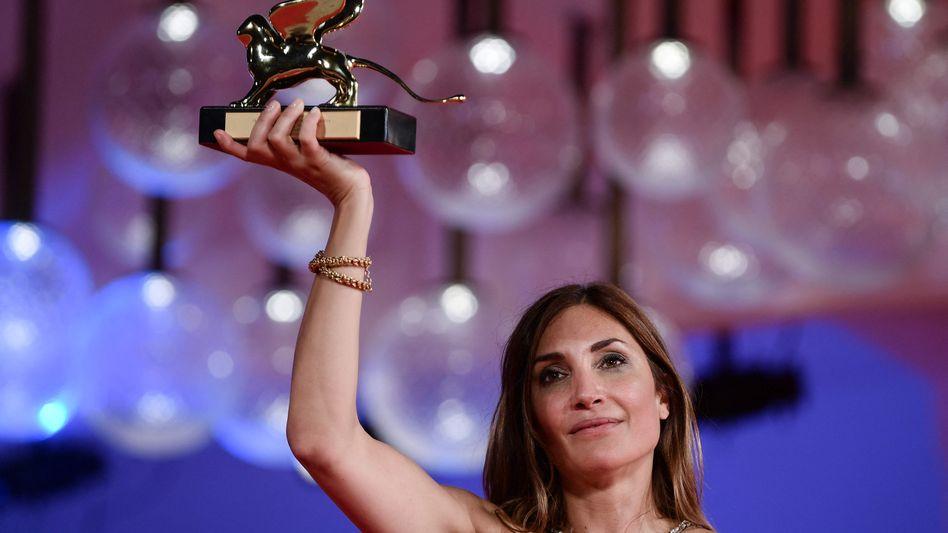 Regisseurin Audrey Diwan präsentiert stolz ihren Goldenen Löwen