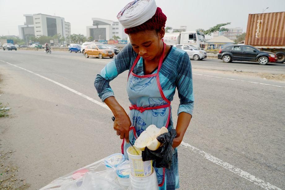 Linda Mbaweyee, 28, arbeitet seit neun Jahren auf den Straßen von Accra. Sie verkauft Brot, das sie auf Wunsch mit Butter bestreicht. Sie ist von 4.30 Uhr am Morgen bis 16 Uhr unterwegs. Wenn das Geschäft gut läuft, verdient sie so umgerechnet vier Euro am Tag