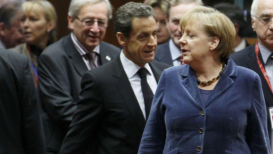 Luxemburgs Premier Juncker (l.), Frankreichs Präsident Sarkozy und die Kanzlerin: Euro-Rettung wird von Gipfel zu Gipfel teurer