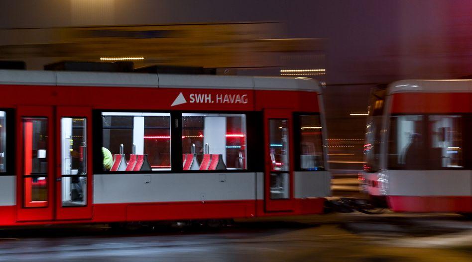 Straßenbahn in Halle (Archivbild): Aggressiver Fahrgast