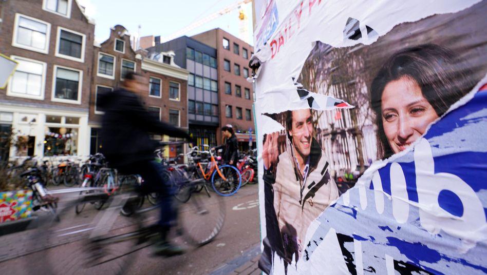 Radfahrer und Wahlposter in Amsterdam