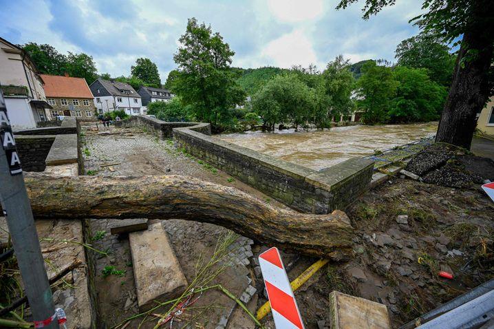 Gesperrte Brücke über die Volme: Stunde um Stunde stieg das Wasser