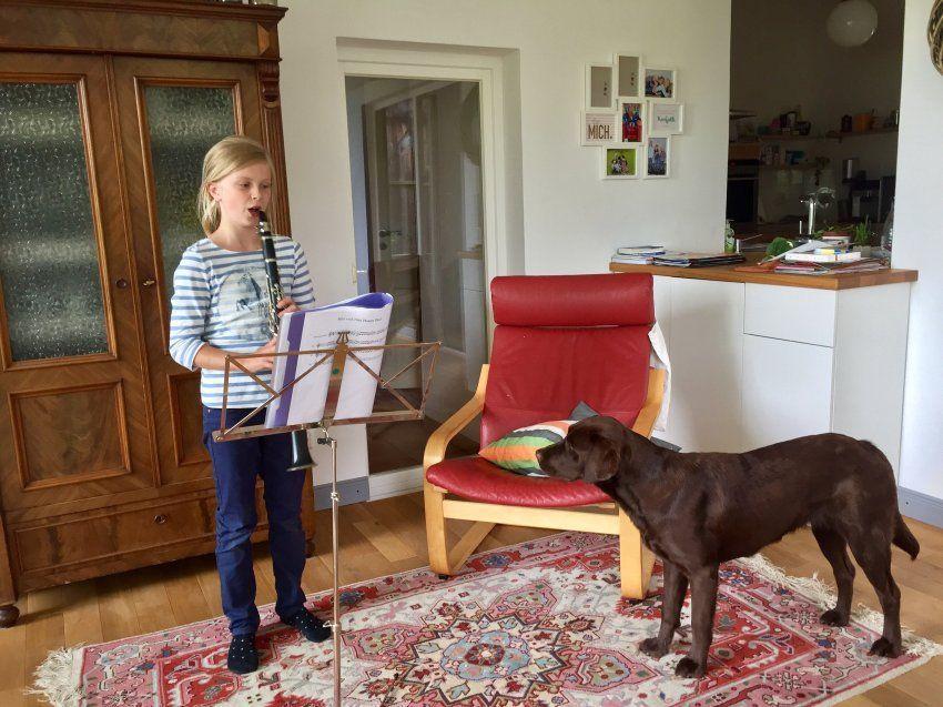 Tochter Hannah, 10, mit Hündin Alva im Wohnzimmer der Englers