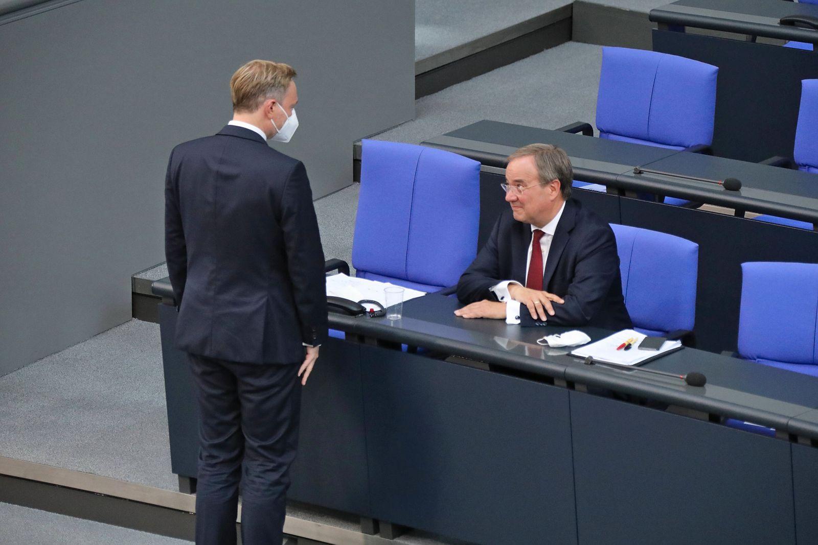 Armin Laschet auf der Bundesratsbank mit Christian Lindner 7.9.2021 Armin Laschet auf der Bundesratsbank im Bundestag m