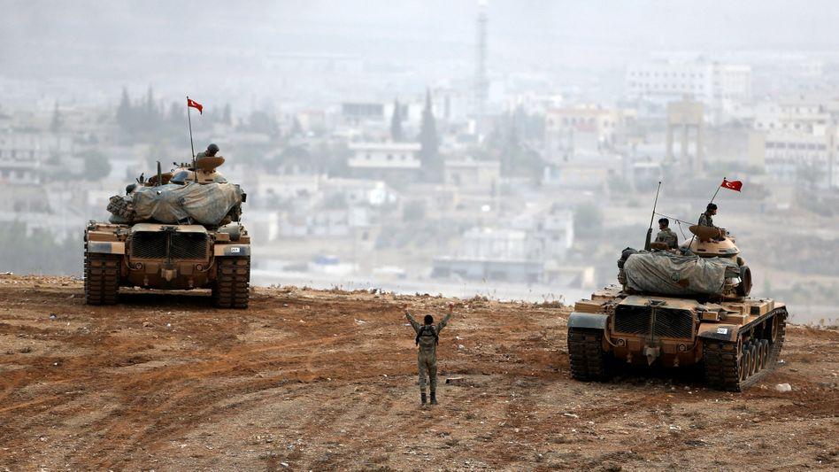 Türkische Panzer an syrischer Grenze