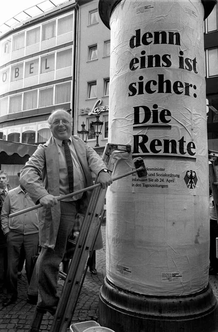 Werbung auch in eigener Sache: Blüm klebt im April 1986 ein Plakat an eine Bonner Litfaßsäule