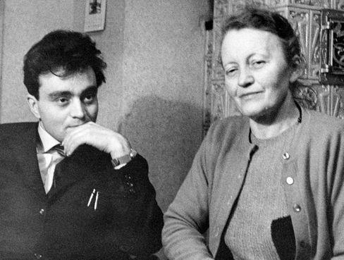 Hermann Flade mit seiner Mutter im bayerischen Traunstein (Dezember 1960)