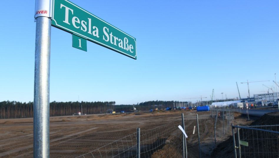 Tesla-Schild an Einfahrt zur Baustelle in Brandenburg: Irritierende Vorgänge