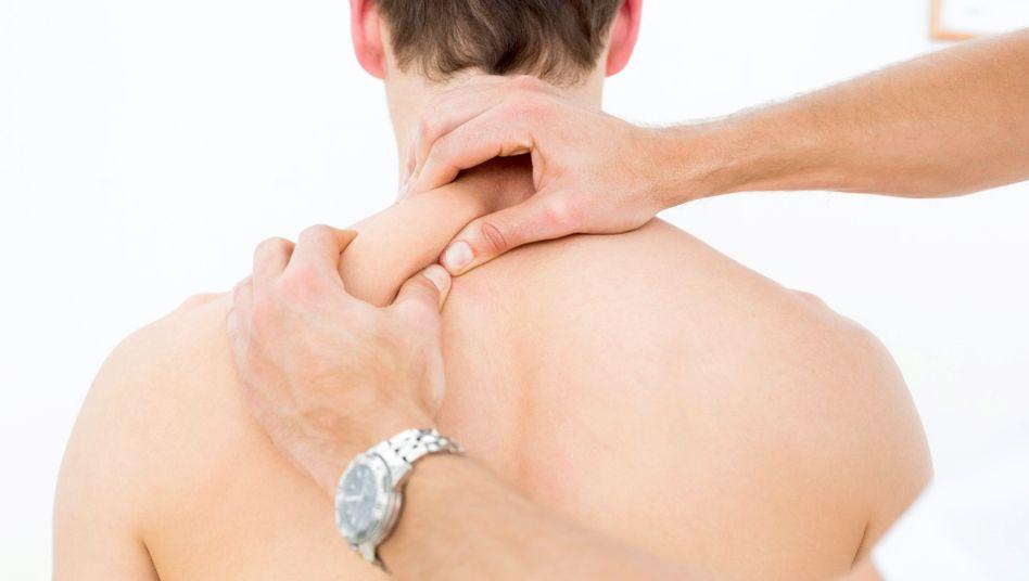 Den Schmerz wegkneten: Massage ist beliebt; ob sie hilft, ist aber eine andere Frage
