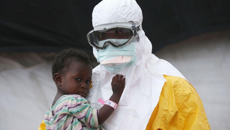 Arzt mit Kind in Liberia (Archiv): Schnelltest weckt Hoffnung in Guinea