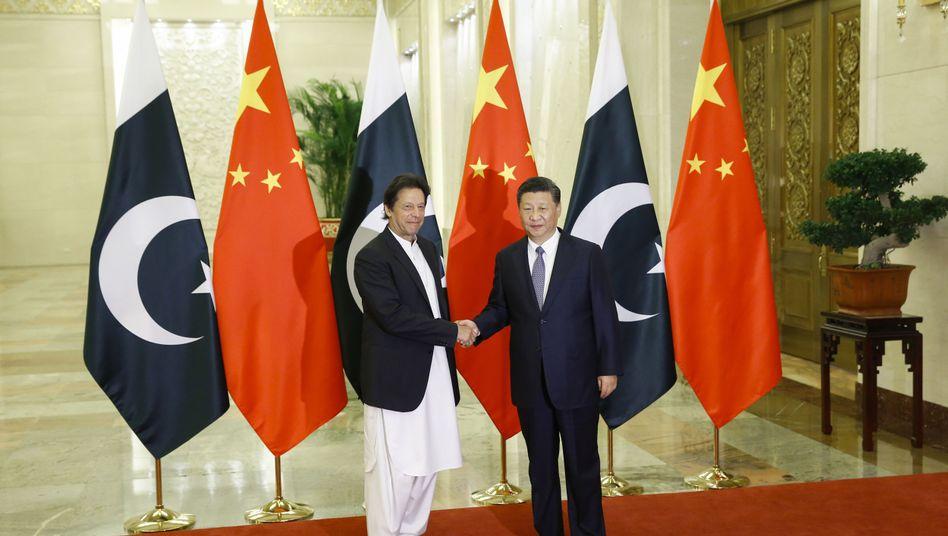 Xi Jinping (r) und Pakistans Premier Imran Khan bei einem gemeinsamen Treffen in Peking