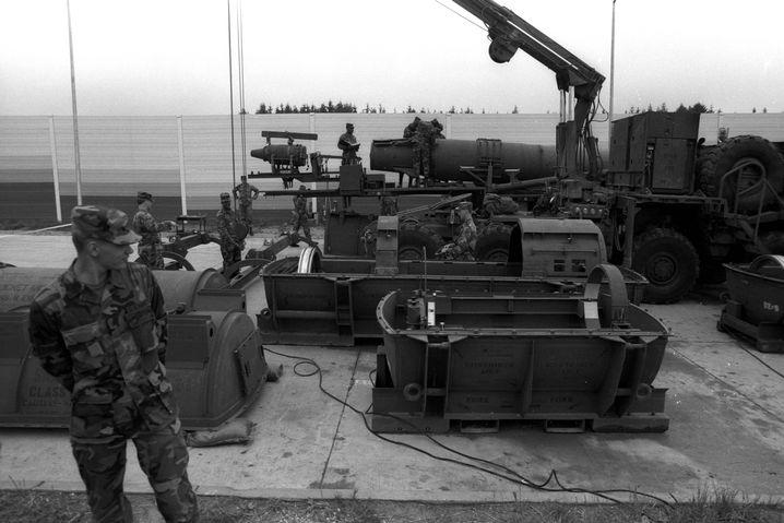 Soldaten mit Atomrakete auf dem Nato-Stützpunkt Mutlangen (1988)
