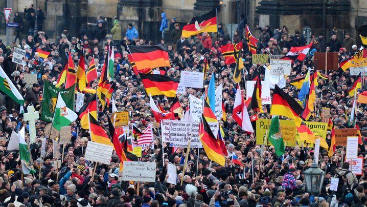 Pegida-Demonstration in Dresden: Deutschlandfahnen und Plakate