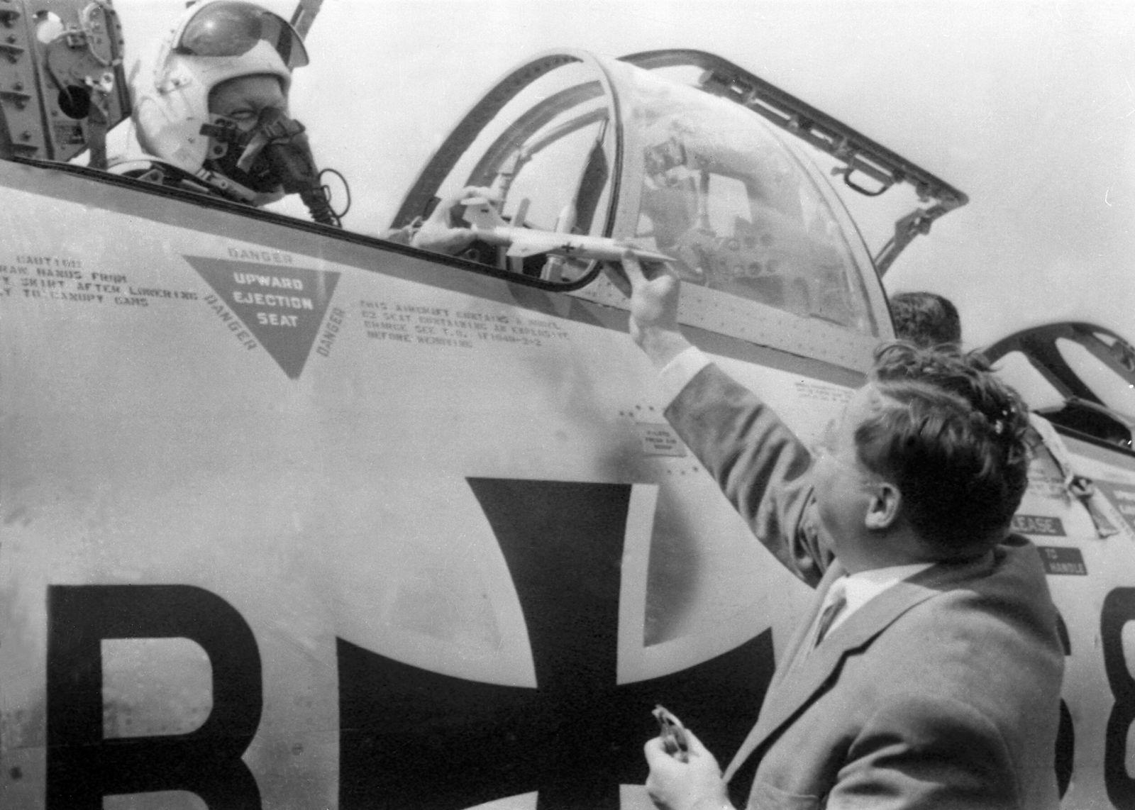 Franz Josef Strauß an einem Starfighter