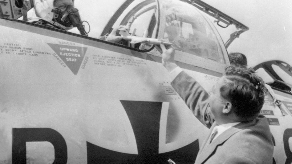 Bundesverteidigungsminister Franz Josef Strauß überreicht am 22.07.1960 dem Inspekteur der Bundesluftwaffe ein Geschenk