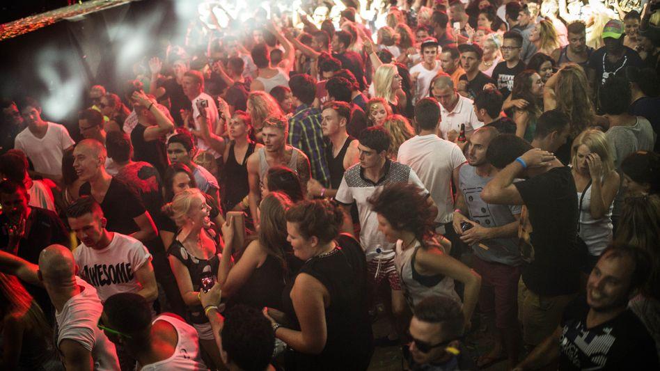 Massenparty auf Ibiza (Archivbild): Seit die Nachtklubs wegen der Coronapandemie geschlossen sind, gibt es zunehmend illegale Feiern