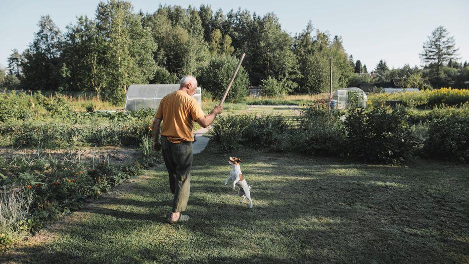 Älterer Herr im Glück (mit Hund)