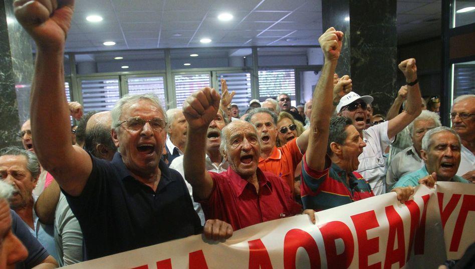 Wütende Rentner im Gesundheitsministerium: Protest gegen neue Medikamentenregeln