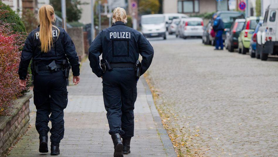 Polizistinnen nahe dem Tatort (im November)