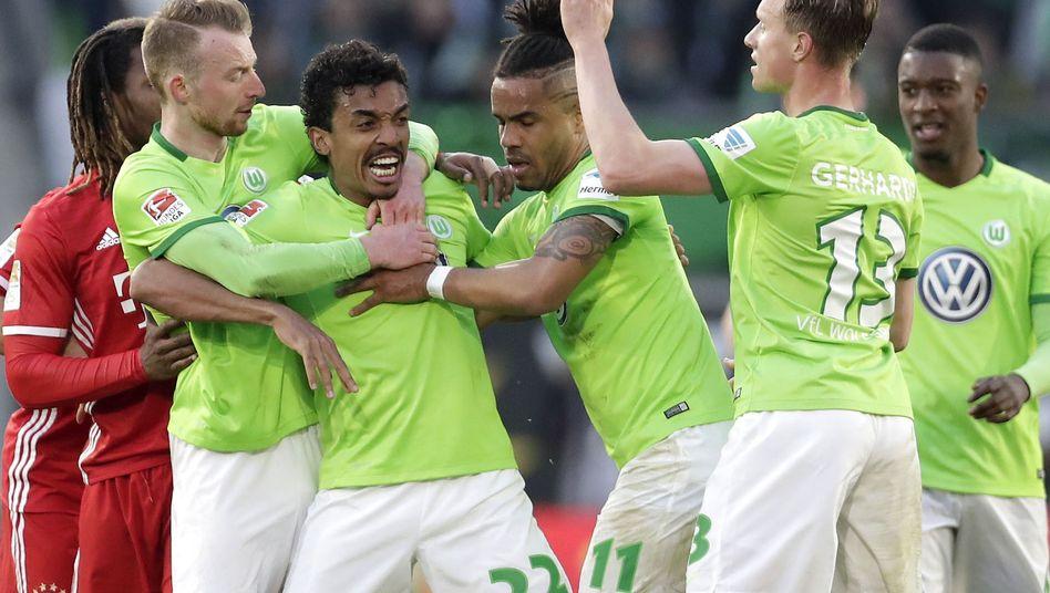 Mannschaftskollegen halten VfL-Kapitän Luiz Gustavo fest