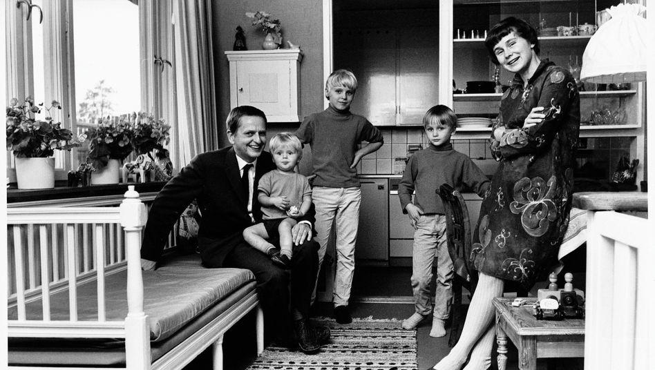 Ehepaar Palme 1969 mit den Söhnen Mattias, Joakim (M.) und Mårten
