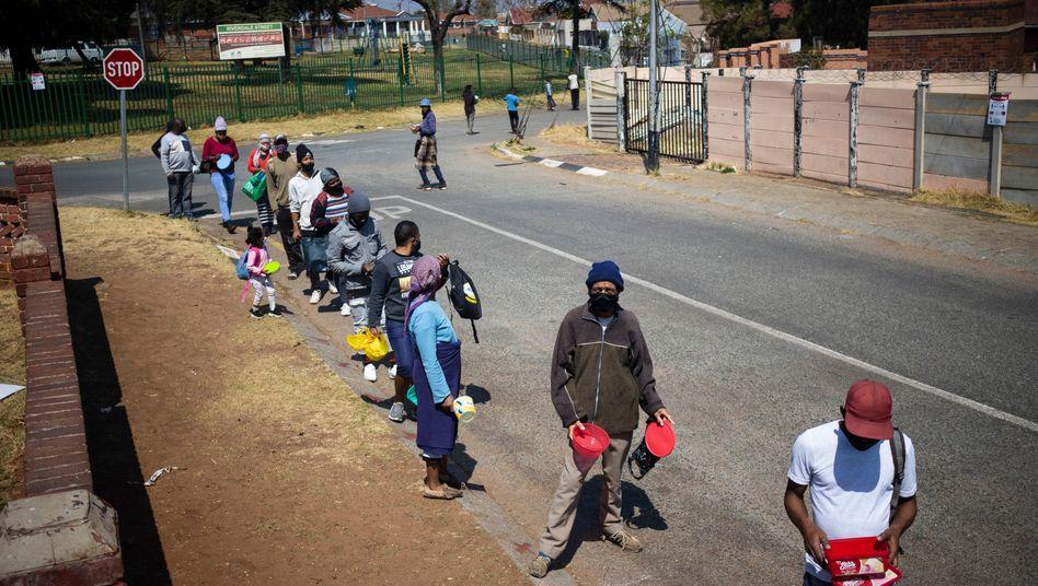Schlange vor einer Essensausgabe in Johannesburg: Millionen Südafrikaner kämpfen ums Überleben