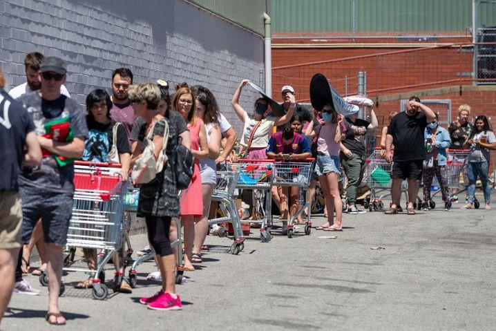 Schlangestehen vor dem Lockdown: Menschen im Vorort Maylands warten darauf, sich mit Vorräten eindecken zu können. Mark McGowan, Premierminister von Western Australia, hat einen fünf tägigen Lockdown für die Metropolitan Perth und zwei nahe gelegenen Regionen angeordnet.