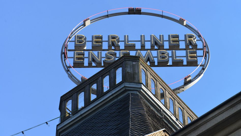 Berliner Ensemble: 80.000 Liter Wasser über Dekoration, Flügel, Samtvorhang