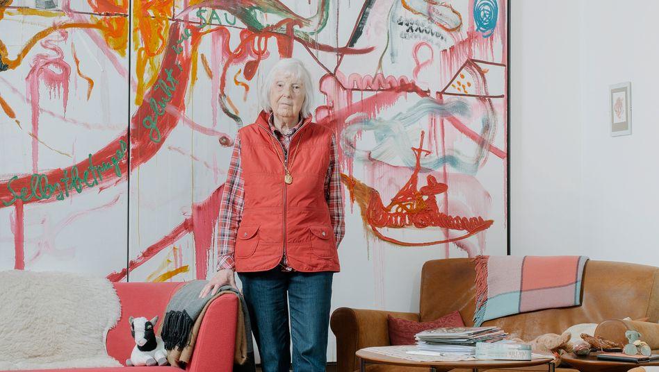 Brigitte Meese in ihrem Wohnzimmer vor einem Gemälde ihres Sohnes