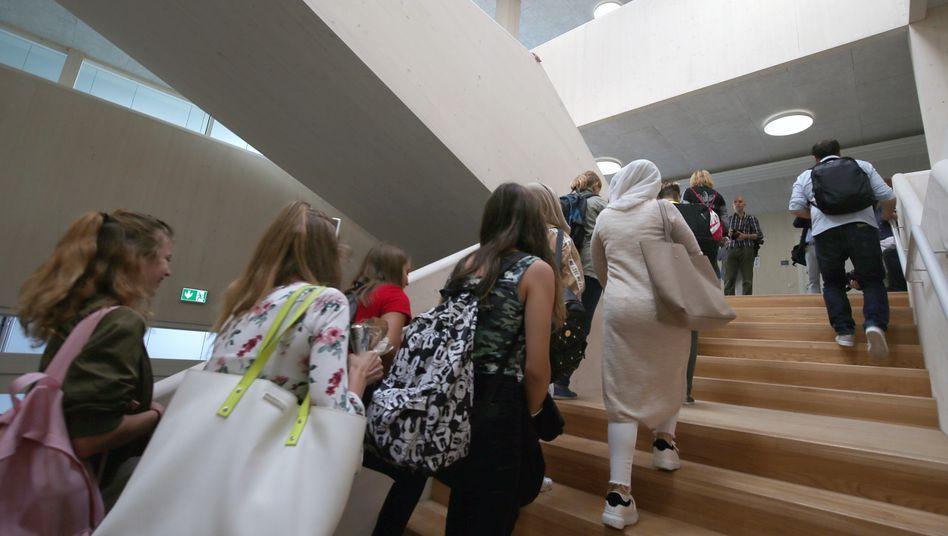 Schülerinnen in Berlin - vor der Coronakrise, wie man am fehlenden Mindestabstand erkennen kann