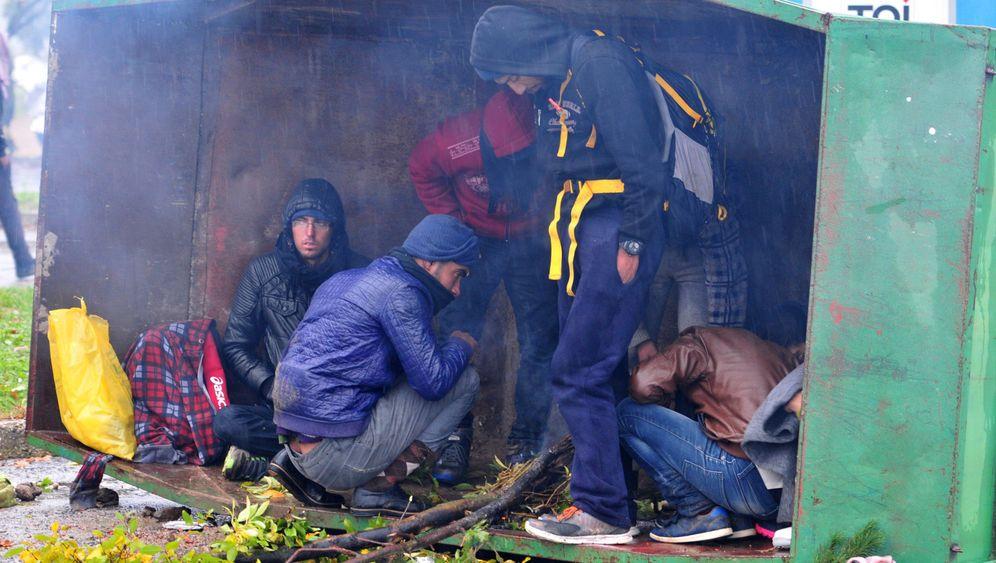 Flüchtlinge gestoppt: Ausharren an der Grenze