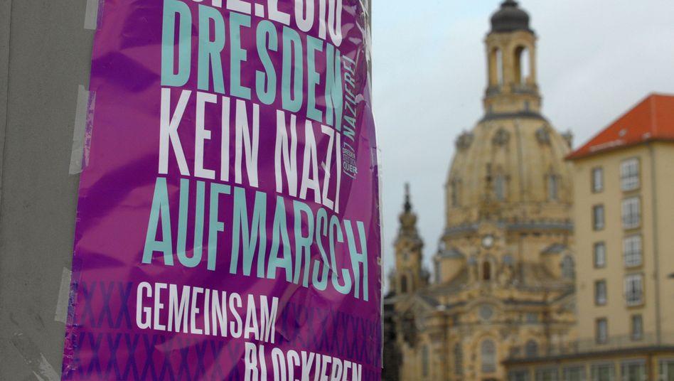 Plakat nahe der Frauenkirche: Dresden erwartet rund 6000 Neonazis